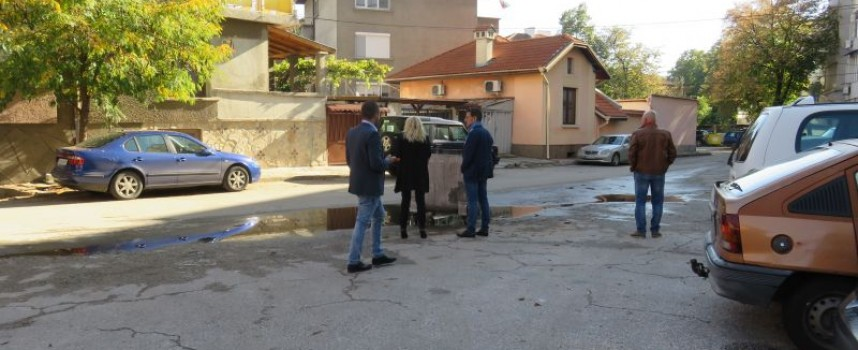 """Пазарджик: Казан насред пътя тормози обитателите на ул. """"Найден Геров"""""""