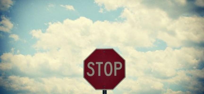 След наш сигнал: Знак Stop се върна на мястото си