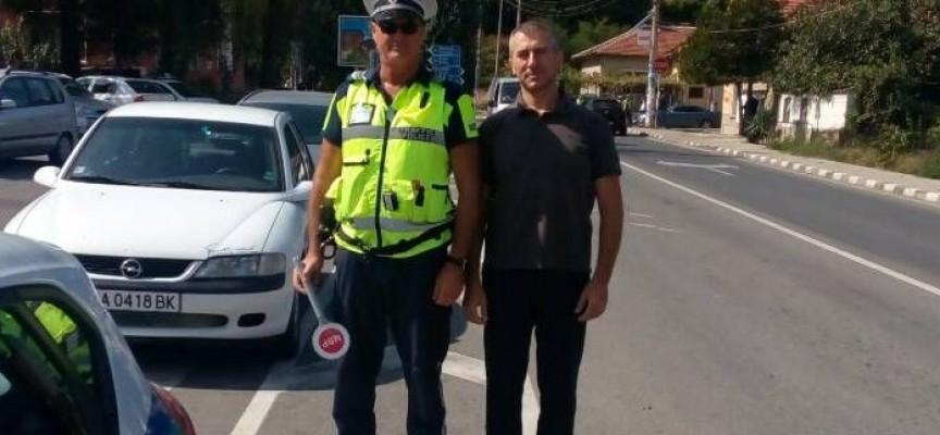 Днес да почерпи: Пътният полицай Благой Риков посреща рожден ден на нощно дежурство