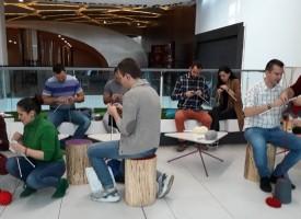 Атанас Стоянов и Симо Колев с благотворително плетене в полза на бездомните