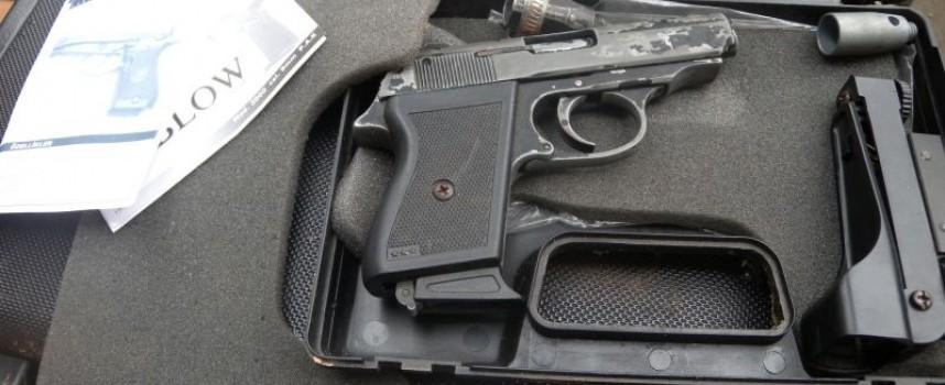 Солиден арсенал от оръжие конфискуваха в Драгиново (снимки)