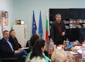 Юлиян Петров дойде на  учителско обсъждане на просветния закон, догодина заплатите не мърдат