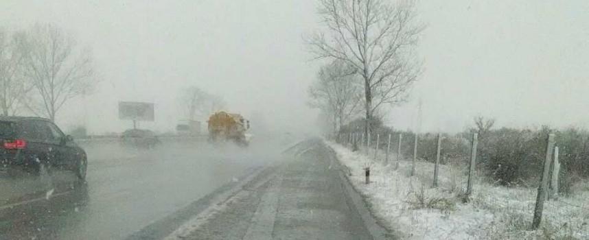 Сняг се сипе на магистралата, шофирайте внимателно