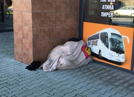 Клошарка не може да замине за Атина, спи на Автогарата