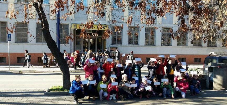 Децата на Пазарджик пратиха писма на Дядо Коледа