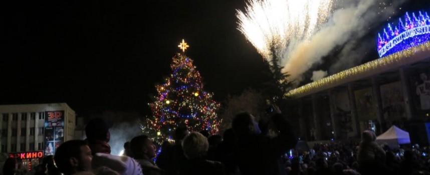14- метрова елха ще блесне довечера пред Театъра, бъдете там