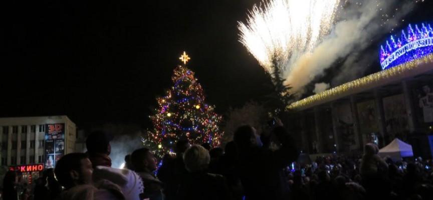 Коледната елха грейна в центъра на Пазарджик