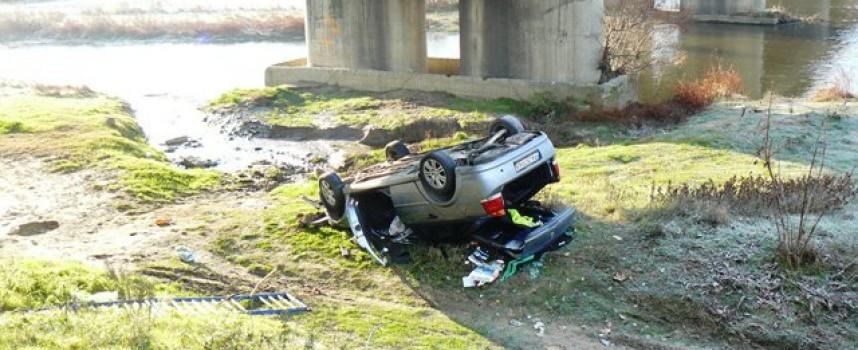 """Млад шофьор """"скочи"""" в коритото на Марица"""