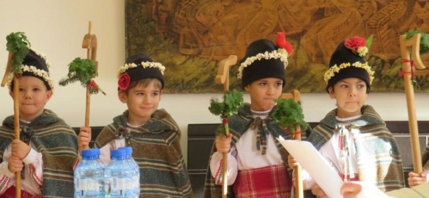 """Седем малки коледарчета от ОДЗ""""Пролет"""" поздравиха в общината"""