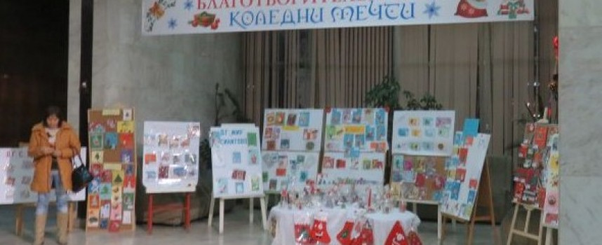 """Посетете """"Коледни мечти"""" във фоайето на общината, помогнете на Мира"""