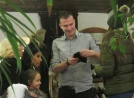 """Светска хроника: Фенове се снимаха със Силвия и Теди Кацарови снощи в """"Манастира"""""""