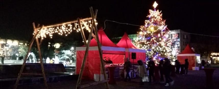 Коледният базар отвори – студът остави хората у дома