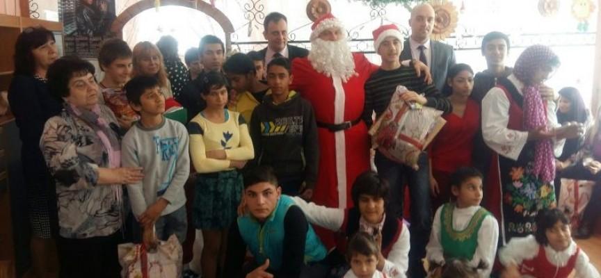 Дядо Коледа зарадва децата от Центровете за настаняване от семеен тип в Лесичово
