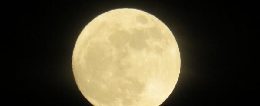 """Вдигни очи: Посрещнахме месеца с """"Вълча"""", изпращаме го със """"Кървава луна"""""""