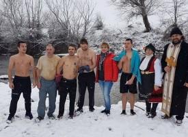 На Йордановден: Калугеровци ловят светия кръст в Тополница