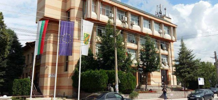 Септември: Двама съветници дариха заплатите си за лечение на жена от Бошуля