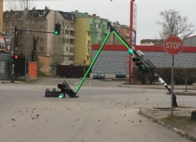 """Вятърът отнесе светофара на """"Пловдивска"""" при Кауфланд и покрив на аптека в кв. Изток"""