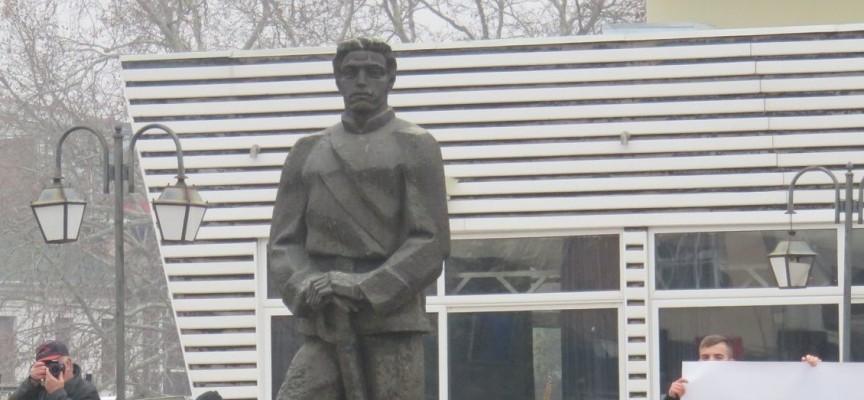 Проф. Величко Минеков създаде паметника на Васил Левски в Пазарджик