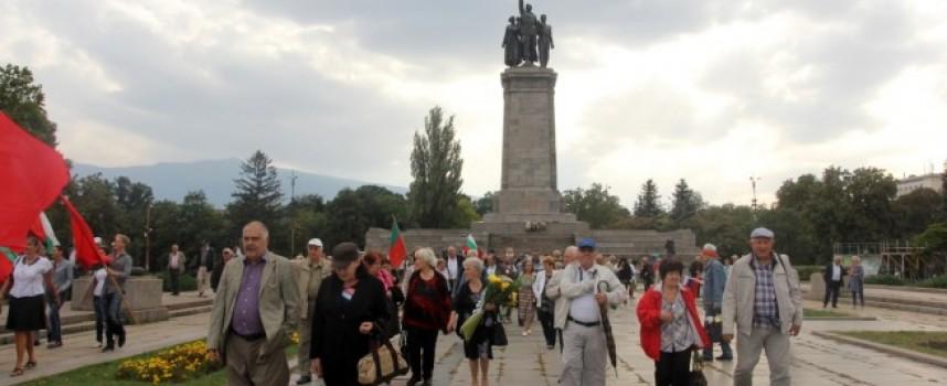 Пазарджишки русофили поднесоха цветя пред Паметника на съветската армия