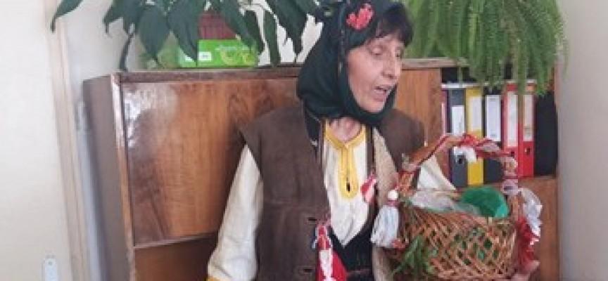 В Деня на самодееца: Брациговската Баба Марта раздаде мартенички на граждани и администрация