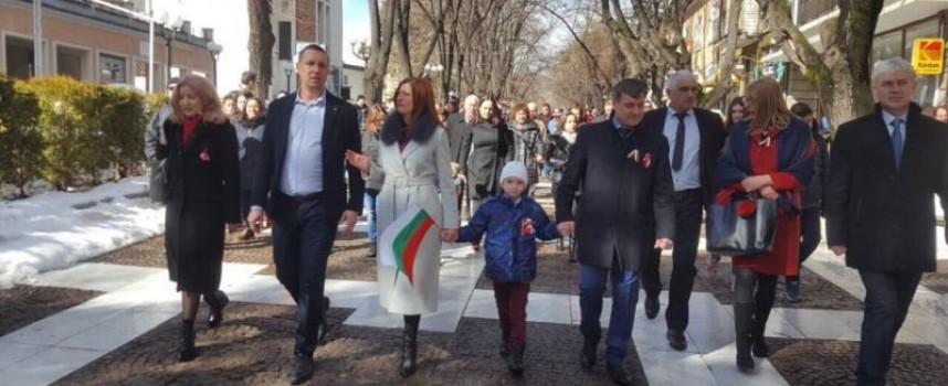 Депутатите Десислава Костадинова, Димитър Гечев и Даниела Малешкова посрещнаха празника в родните си градове