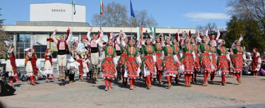 """""""Чудесия"""" си спечели нови носии в Петричкото село Първомай"""