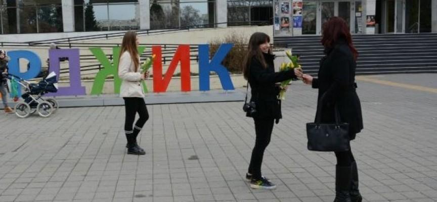 Пазарджик: Кметът подари цветя на 300 пазарджиклийки