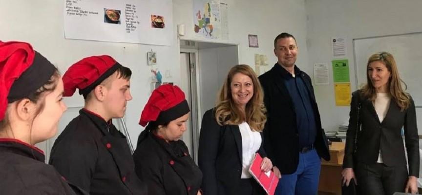 """Велинград: Министър Ангелкова гостува на ПГИТ """"Алеко Константинов"""""""