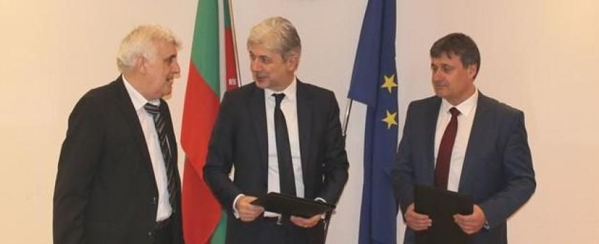Министър Нено Димов подписа договор за инсталация за отпадъци в Ракитово и Велинград