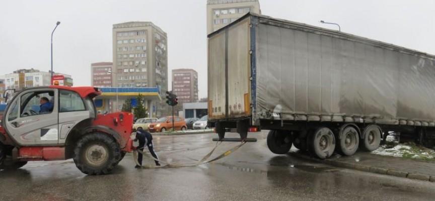 За да не сгази хора: Огромен камион блокира за кратко движението на кръстовище на Околовръстното