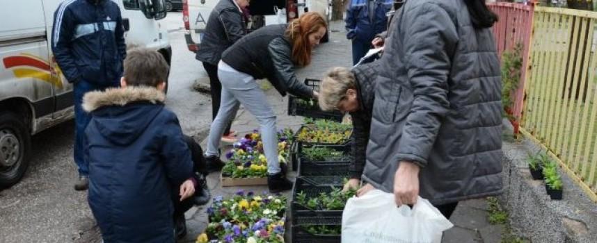 В акцията за почистване: Цветята свършиха още в 10 ч., контейнерите се напълниха