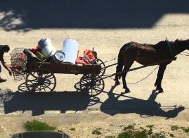 """Предприемчиви роми изкупуват желязо и отпадъци по селата, чакат падането на """"Тянгун 1"""""""