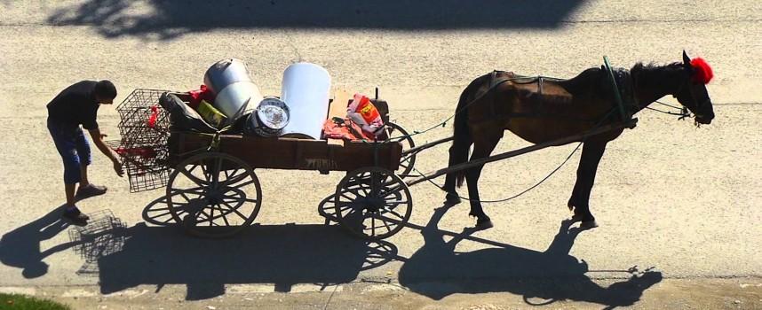 """Предприемчиви роми изкупуват желязо и отпадъци по селата, чакат падането на """"Тянгун 1″"""