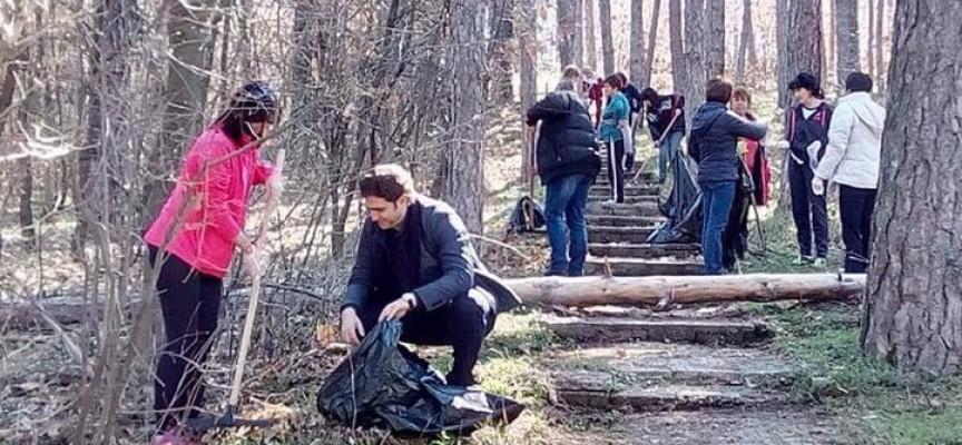 Стрелча: Общинската администрация се включи в почистването на града