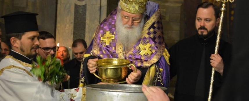 На Велики четвъртък: Свещениците ще осветят за осми път новосвареното миро, вижте историята