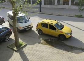 """Паркирали на """"Хан Крум"""" затрудниха движението на тролеите"""