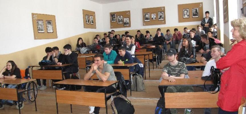 """Ученици от МГ""""К.Величков"""" слушаха на втора лекция от Административния съд,"""