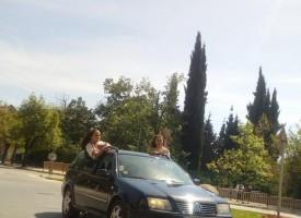 Абитуриенти в носии стърчат от прозорците на кола в Пещера