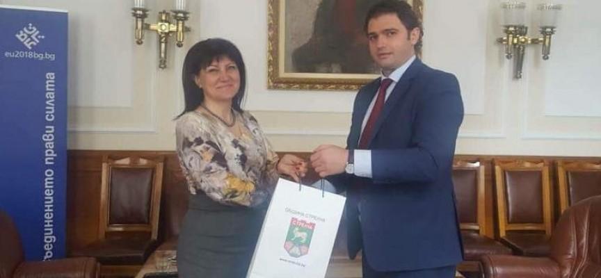 Кметът на Стрелча се срещна с Цвета Караянчева заради картела на изкупвачите на розов цвят