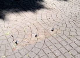 """Читателска връзка: Махнете железата от тротоара пред """"Дейзи""""-то, някой ще пострада"""