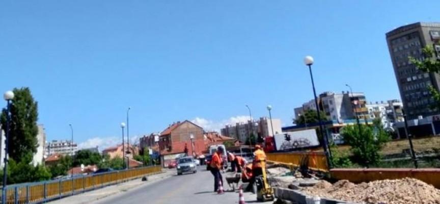 Ремонтират тротоара на моста до Острова към Индустриалната зона