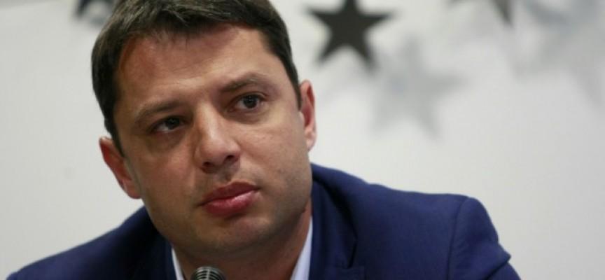 Не го даваха, но той се пусна: Делян Добрев подаде оставка