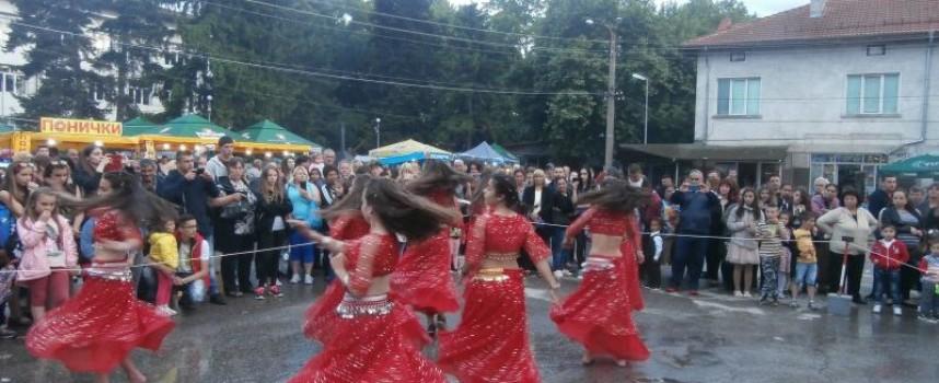 Три дни: Костандово пее, свири и танцува