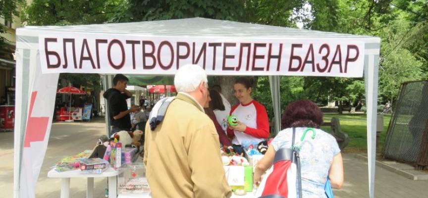 В деня на празника: Млади червенокръстци с благотворителен базар