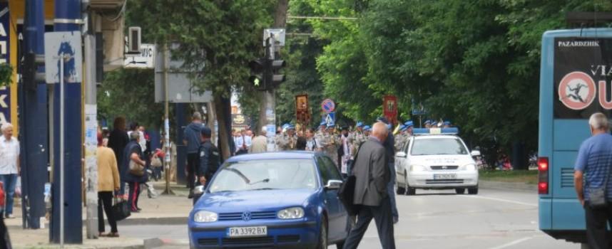 Празничното шествие стигна до центъра