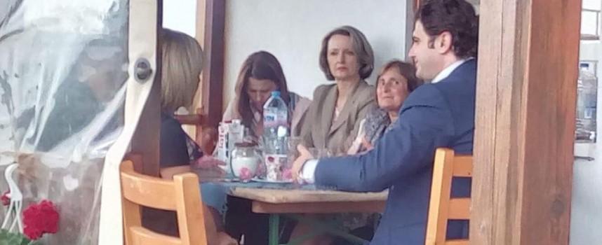 Кметът на Стрелча посрещна Мая Манолова в розовите полета край града