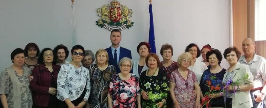 Стефан Мирев посрещна членуващите в Клуба на пенсионираните учители в Пазарджик