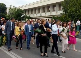 Кметът Тодор Попов, депутатът Десислава Тодорова и шефката на РУО – Валя Кайтазова поведоха шествието