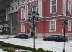 """Градушката помля подземния паркинг на """"Каменград"""" в Панагюрище има и други поражения"""