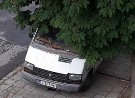 """Читателска връзка: Бял бус, със софийска регистрация, стои от два месеца на ул. """"Н.Бозвели"""""""